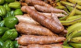 Manioc de Maniok sur la table du marché Image libre de droits