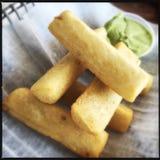 Manioca fritta nel grasso bollente Fotografie Stock Libere da Diritti