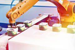 Manipolatore automatico del robot in fabbrica immagine stock