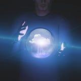 Manipolazione dell'uomo della nuvola e del fulmine della sfera Fotografia Stock