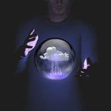 Manipolazione dell'uomo della sfera che contiene il fulmine della nuvola Fotografia Stock