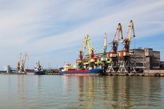 Manipolazione della nave in porto immagine stock