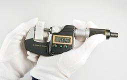Manipolazione di Bügelmessschraube del einer di Handhabung di un micrometro Fotografia Stock Libera da Diritti
