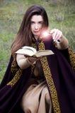 Manipolazione magica con spellbook fotografie stock