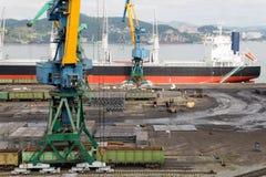 Manipulação de carga do metal em um navio em Nakhodka Fotografia de Stock Royalty Free