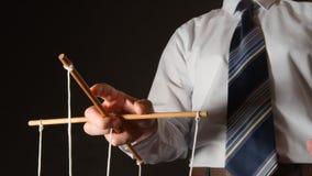 MANIPULACIÓN: Hombre de negocios en una camisa que manipula imagenes de archivo