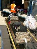 Manipulador de equipaje en el aeropuerto Fotografía de archivo libre de regalías