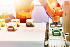 Manipulateur automatique de robot dans l'usine images libres de droits