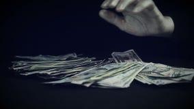Manipulaties met een pak van geld stock videobeelden