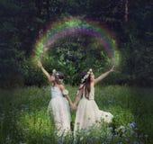 Manipulation de photo avec les jeunes filles qui font un arc-en-ciel Photographie stock libre de droits