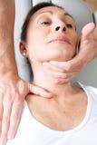 Manipulation de physiothérapie image stock