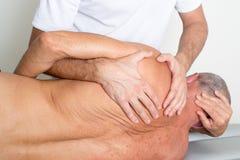 Manipulation de physiothérapie photographie stock libre de droits