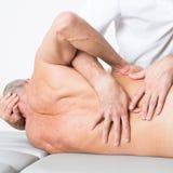 Manipulation de physiothérapie images libres de droits