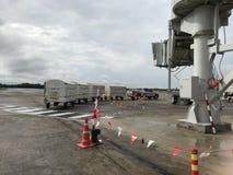 Manipulation sur des avions de cargaison sur la rampe images libres de droits