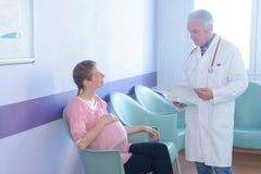 Manipulera att ge nyheterna till kvinnan i väntande rum för sjukhus Arkivbild