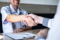 Manipulera att ha att skaka h?nder till congrats med patienten efter f?r att rekommendera behandling, medan diskutera f?rklara ha arkivfoton