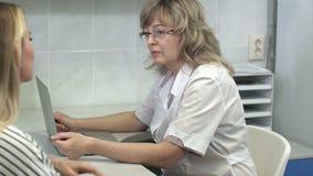 Manipulera att konsultera hennes kvinnliga patient i hennes kontor arkivfilmer