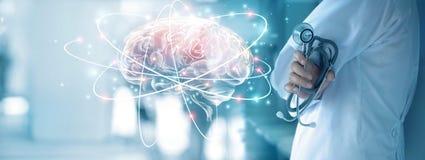 Manipulera att kontrollera hjärnprovningsresultat med datormanöverenheten, royaltyfria foton