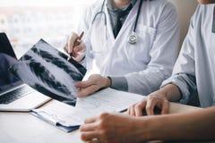 Manipulera att peka till röntgenstrålearket och beskriva en virus- sjukdom royaltyfri bild