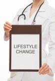 Manipulera att rymma en skrivplatta och att kalla till den sunda livsstilen royaltyfri fotografi