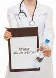 Manipulera att rymma en skrivplatta och att kalla till den sunda livsstilen Fotografering för Bildbyråer