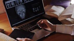 Manipulera att se röntgenstrålen av aftonen på en bärbar dator stock video