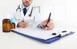 Manipulera att skriva RX-receptet i medicinskt kontor med droger royaltyfria bilder