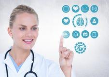 Manipulera att trycka på digitalt frambragda medicinska symboler mot vit bakgrund Arkivfoton