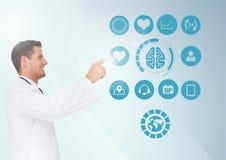 Manipulera att trycka på digitalt frambragda medicinska symboler mot vit bakgrund Arkivbilder