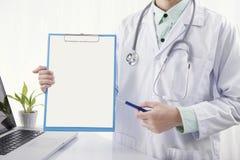 Manipulera den hållande pennan för handen och att peka tomt papper på skrivplattan royaltyfria bilder
