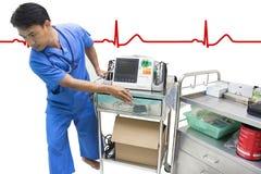 Manipulera den rörande defibrillator- och AED-EKG- eller ECG-bildskärmen Royaltyfri Fotografi