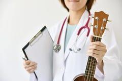 Manipulera det hållande ukulelemusikinstrumentet för handen, musikterapi arkivfoton
