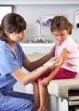 Manipulera ge barninjektionen i doktors Kontor Arkivbild
