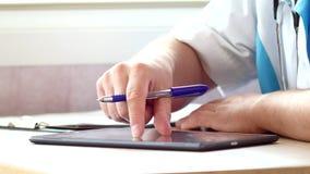 Manipulera genom att använda en digital minnestavla och skriv receptet royaltyfria foton