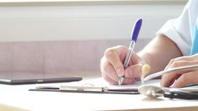 Manipulera genom att använda en digital minnestavla och skriv receptet arkivfoton
