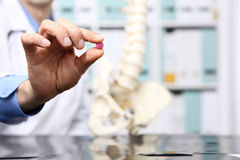 Manipulera handen med preventivpilleren, sjukvårdläkarundersökningbegrepp arkivfoton