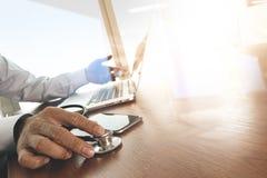 Manipulera handen som arbetar med bärbar datordatoren i medicinsk workspace av royaltyfri bild