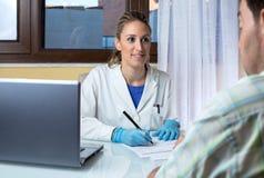 Manipulera intervjun en patient i den medicinska konsultationen royaltyfri bild
