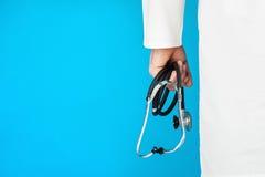 Manipulera med ett stetoskop Arkivfoton