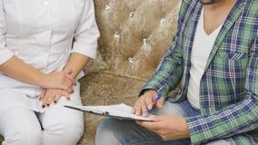 Manipulera samtal till hennes manliga patient på kontoret stock video