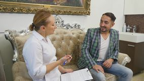 Manipulera samtal till hennes manliga patient på kontoret lager videofilmer