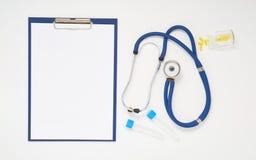 Manipulera tabellen med mediciner, stetoskopet och skrivplattan, bästa sikt Royaltyfria Foton