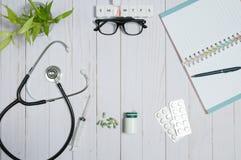 Manipulera tabellen med medicinska objekt, stetoskopet och preventivpillerar arkivbilder