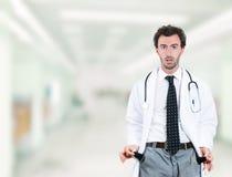 Manipulera tomma fack för den utfattiga visningen som står i sjukhushall Arkivbild