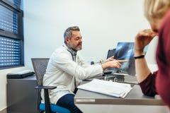 Manipulera visningröntgenstrålar till patienten i medicinskt kontor arkivbild