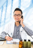 Manipulerar den asiatiska läkarundersökningen för ung Southeast fotografering för bildbyråer