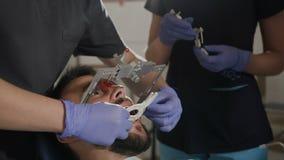 Manipulerar tandläkare Beslutsamhet av det centrala käkeförhållandet Närbild arkivfilmer