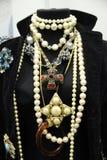Maniquí con los ornamentos hermosos del oro con las piedras y la perla Imágenes de archivo libres de regalías