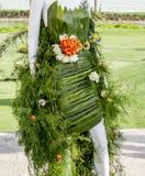 Maniquí cubierto con las hojas y las flores Fotos de archivo libres de regalías