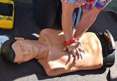 Maniquí de la práctica de las compresiones del pecho del CPR fotografía de archivo libre de regalías